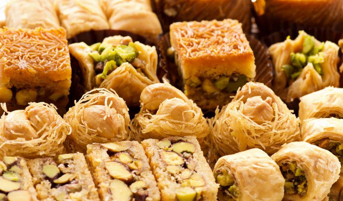 Восточные сладости как пример подарка из Шарджи